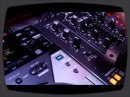 Jay, le démonstrateur de Pioneer, nous montre les possibilités du lecteur CDJ-400 et du mixeur numérique DJM-400.
