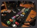 Une belle collection de pédales d'effets guitare.