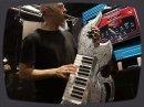 Jordan Rudess (Dream Theatre) nous fait une démo des instruments virtuels Trilian et Omnisphere de Spectrasonics lors du NAMM 2010.