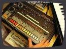 Démonstration de la célèbre boîte à rythme de Roland, la TR-808 sortie en 1981.